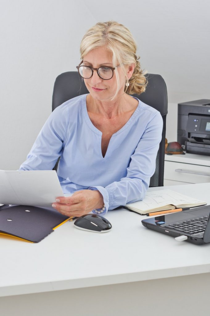 Heike am Schreibtisch